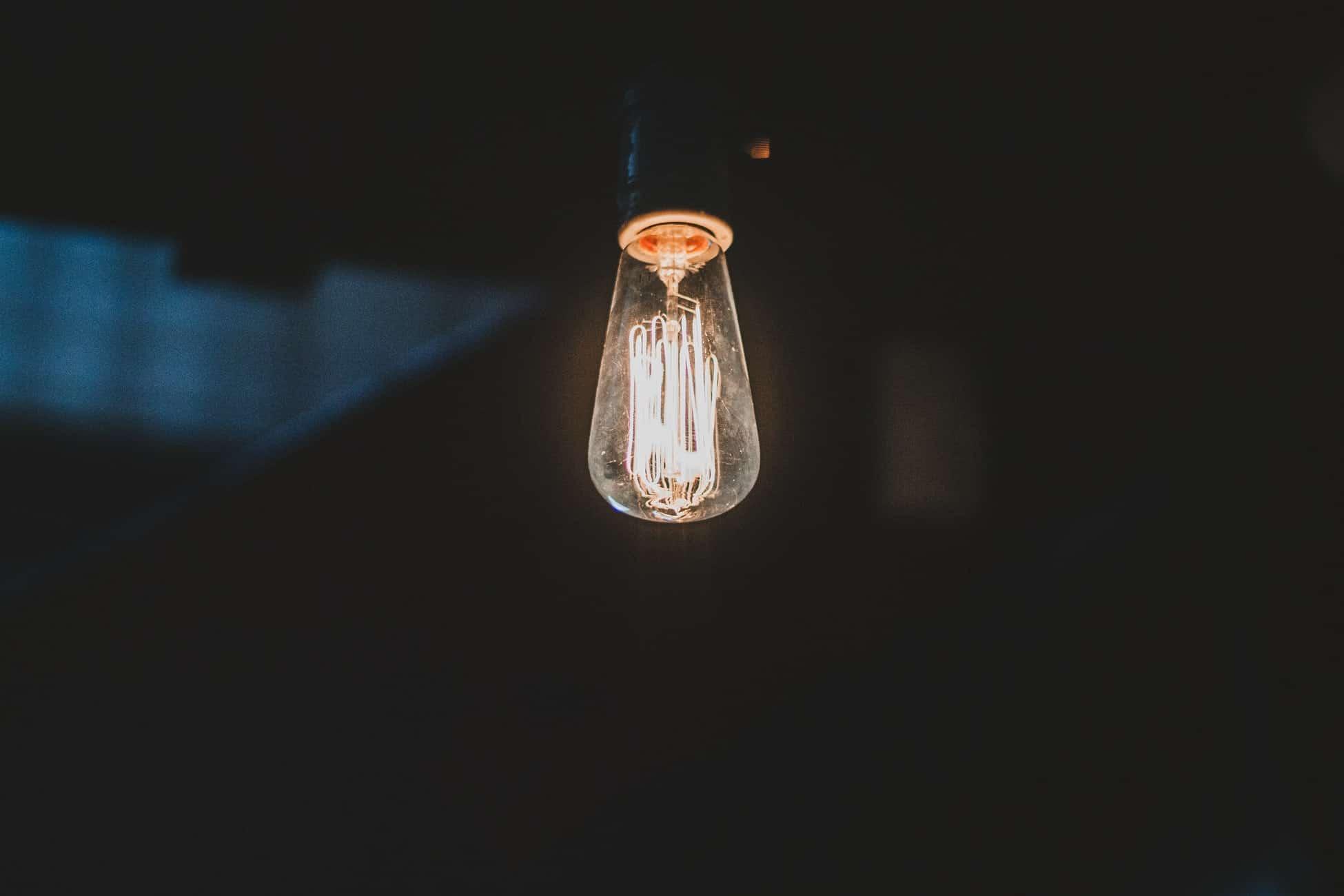 Românii care nu au schimbat furnizorul de energie primesc automat cel mai bun preț